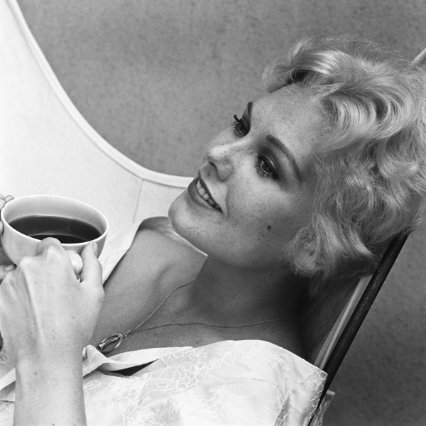 Kim Novak at home in Los Angeles1956© 1978 Sid Avery - Image 0036_0002