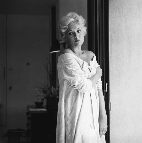 Kim Novak at home in Los Angeles1956© 1978 Sid Avery - Image 0036_0009