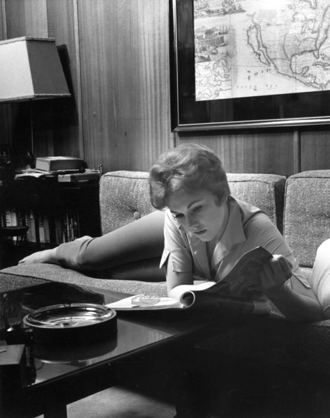Kim Novak at home, 1955. © 1978 Sid Avery - Image 0036_0387