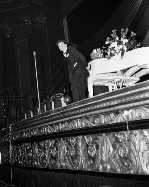 Frank Sinatra performing at the Paramount Theater in New Yorkcirca 1944© 1978 Barry Kramer - Image 0337_2854
