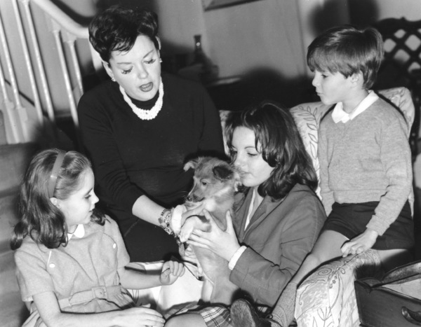 Judy Garland with children Lorna Luft, Liza Minelli and Joey Luft at London  Home, 1961 ** I.V. - Image 0733_2180