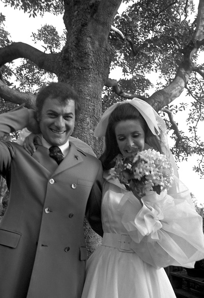 Tony Curtis and Leslie Allen at their wedding1968 © 1978 Gunther - Image 0845_0590