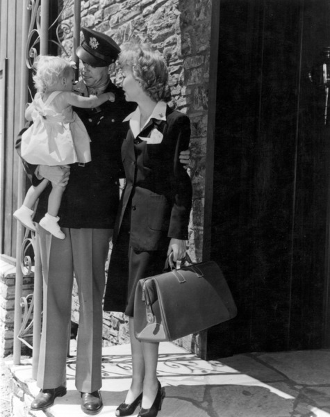 Ronald Reagan with wife Jane Wyman and theirdaughter Maureen, saying their goodbyes as he prepares to leave for the army1942MPTV - Image 0871_0040