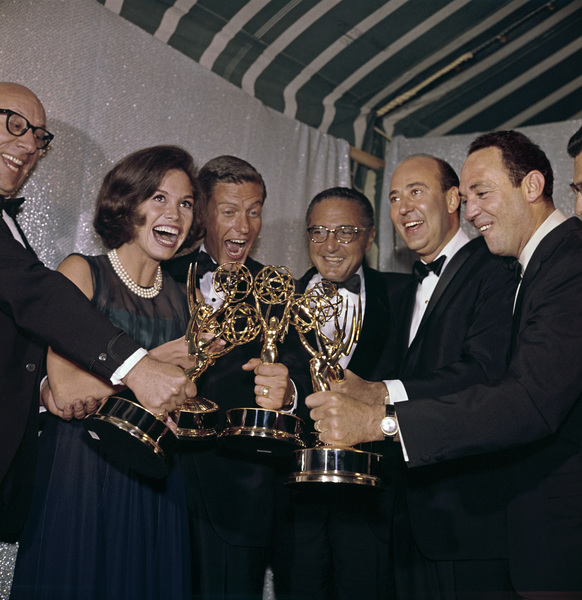 """Emmy Awards""Richard Deacon, Mary Tyler Moore, Dick Van Dyke, Sheldon Leonard, Carl Reiner, Jerry Paris1963© 1978 Bernie Abramson - Image 10738_0002"