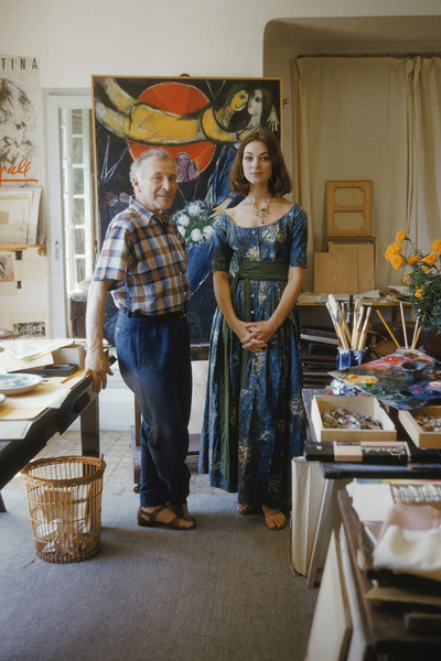 "Marc Chagall with model Ivy Nicholson against ""Le Soleil Rouge"" in his studio in Vence, France 1955 © 2001 Mark Shaw  - Image 12406_0008"