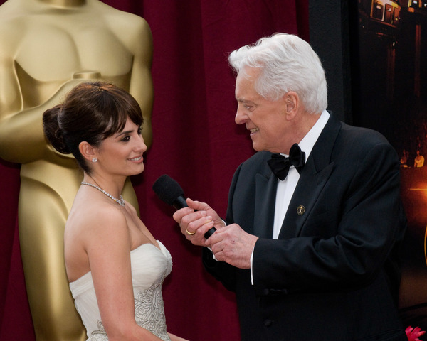 """The 81st Annual Academy Awards"" (Arrivals)Penelope Cruz, Robert Osborne02-22-2009Photo by Erik Ovanespour © 2009 A.M.P.A.S. - Image 23704_0111"