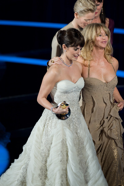 """The 81st Annual Academy Awards"" (Telecast)Penelope Cruz, Goldie Hawn02-22-2009Photo by Darren Decker © 2009 A.M.P.A.S. - Image 23704_0435"