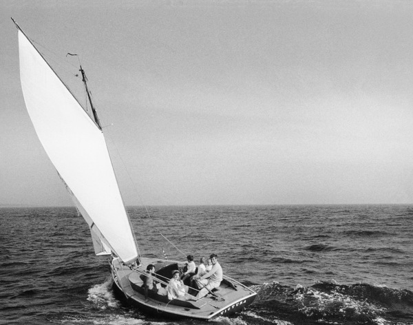John F. Kennedy, Jacqueline Kennedy and Caroline Kennedy surrounded by cousins at Nantucket Sound 1959 © 2000 Mark Shaw  - Image 2554_0046