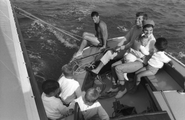 John F. Kennedy, Jacqueline Kennedy and Caroline Kennedy surrounded by cousins at Nantucket Sound 1959 © 2000 Mark Shaw - Image 2554_0074