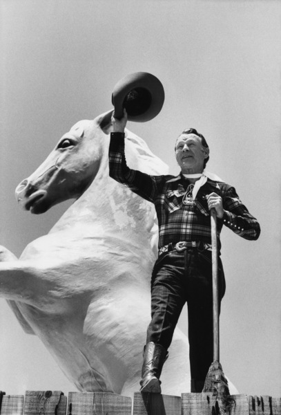 Roy Rogers and statue of Trigger1975© 1978 Gunther - Image 3187_0569