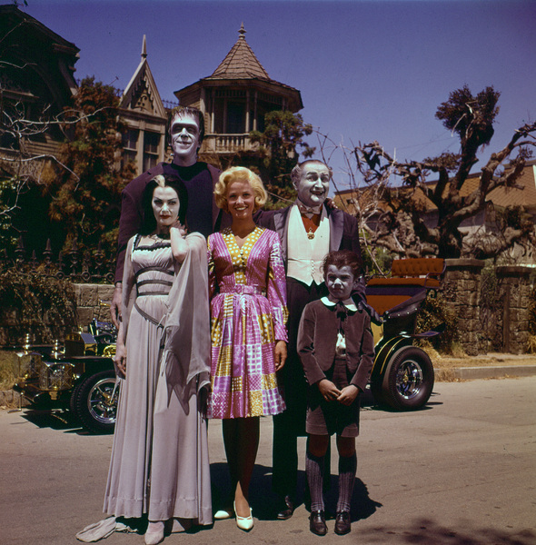 """The Munsters""Fred Gwynne, Yvonne De Carlo, Beverley Owen, Al Lewis, Butch Patrick1964 © 1978 Gene Howard - Image 3600_0066"
