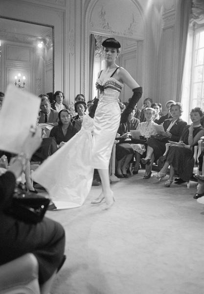 Dior fashion model wearing Nuit Blanche dress (Autumn-Winter 1953 Haute Couture collection, Vivante line)1953© 2017 Mark Shaw - Image 3956_1264
