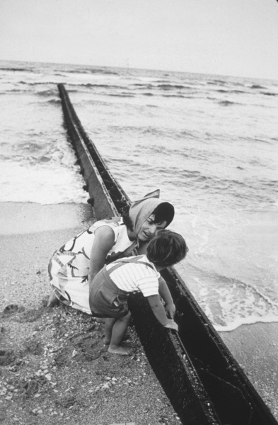 Jacqueline Kennedy and John Kennedy Jr. at Palm Beach1963 © 2000 Mark Shaw - Image 4027_0083