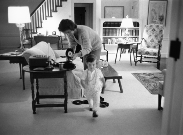 Jacqueline Kennedy with daughter Caroline in Hyannis Portcirca 1959 © 2000 Mark Shaw - Image 4027_0142