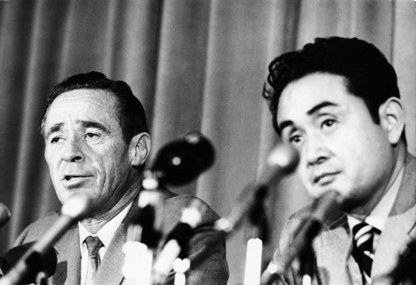 Lt. Robert Helder and coroner Dr. Thomas Noguchi at a Charles Manson press conferencecirca 1970s© 1978 Gunther - Image 4203_0051