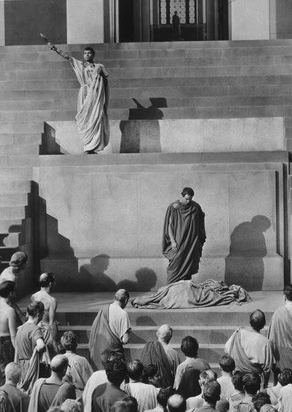 "James Mason, Marlon BrandoFilm Set / MGM""Julius Caesar"" (1953)Copyright John Swope Trust / MPTV - Image 5692_0001"