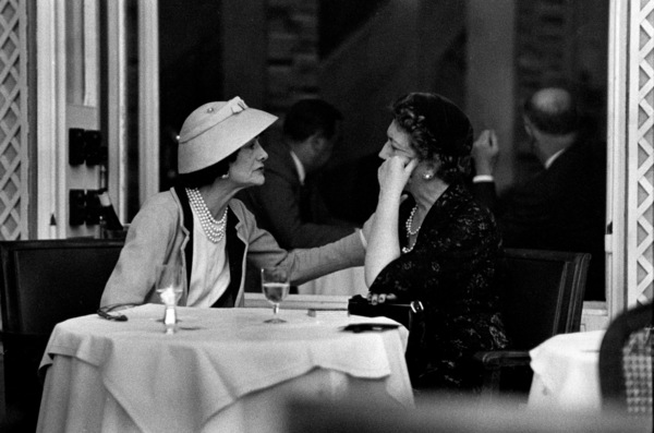 Coco Chanel lunching at the garden restaurant at the Ritz in Paris with Jessica Daves, editor-in-chief of Vogue 1957 © 2001 Mark Shaw - Image 5970_0011